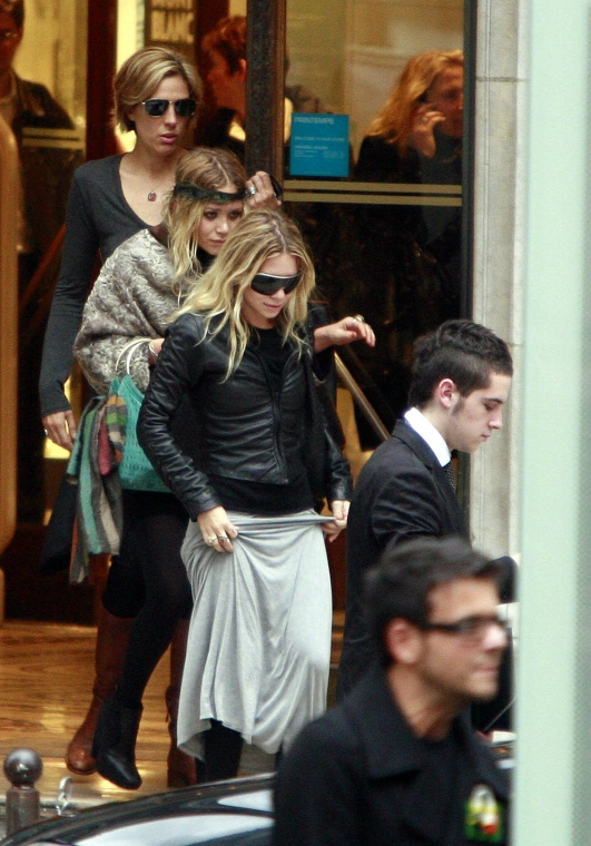mary-kate-ashley-olsen-twins-shopping.jpg