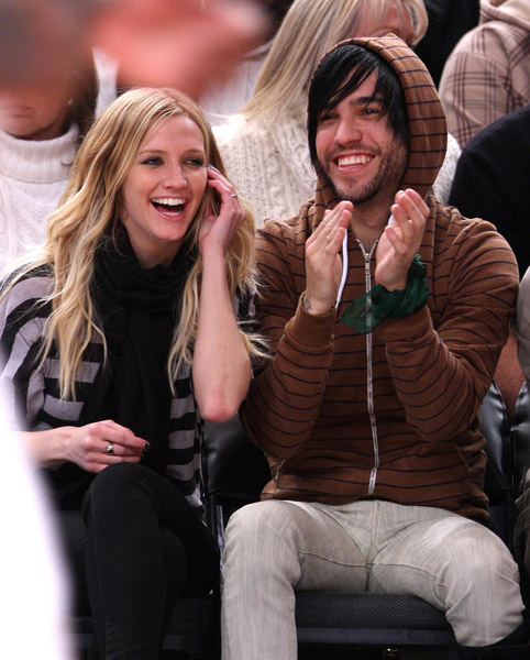 ashlee-simpson-pete-wentz-knicks.jpg