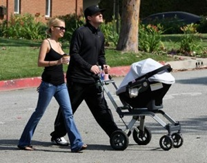 Nicole Richie and Joel Madden Strolling with Baby Harlow-2