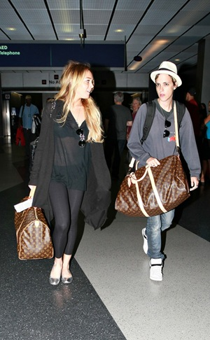 Lindsay Lohan and Samantha Ronson landed in Chicago this evening looking worn and grumpy from the flight. The couple made a dash to the door for a quick smoke!  08/01/2008 --- Samantha Ronson, Lindsay Lohan --- (C) 2008 Fame Pictures, Inc. - Santa Monica, CA, U.S.A - 310-395-0500 / Sales: 310-395-0500